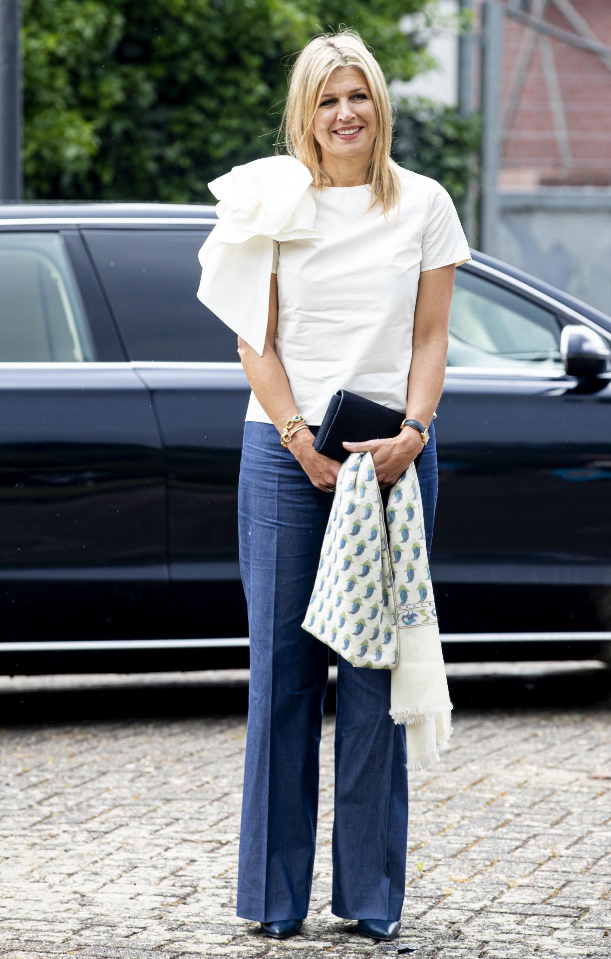 La reina Máxima a la llegada a la escuela de música con camiseta blanca y vaqueros.