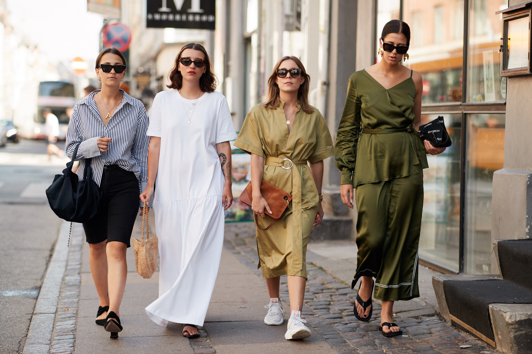 Que el vestido blanco destaca sobre el resto es verificable
