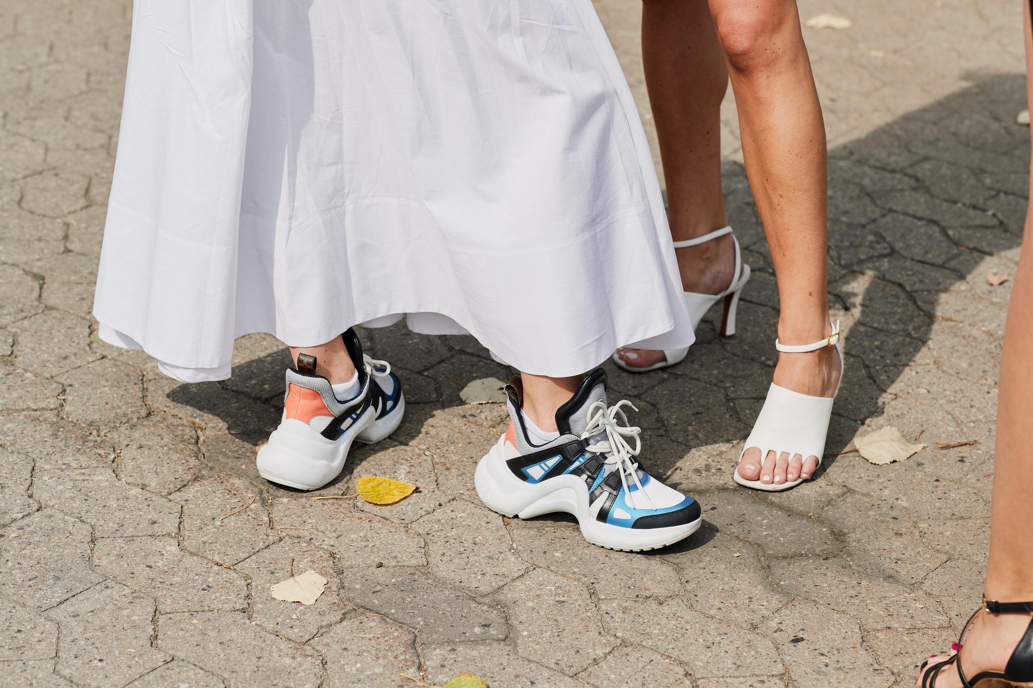 Vestido blanco de popelín con deportivas al más puro estilo escandinavo