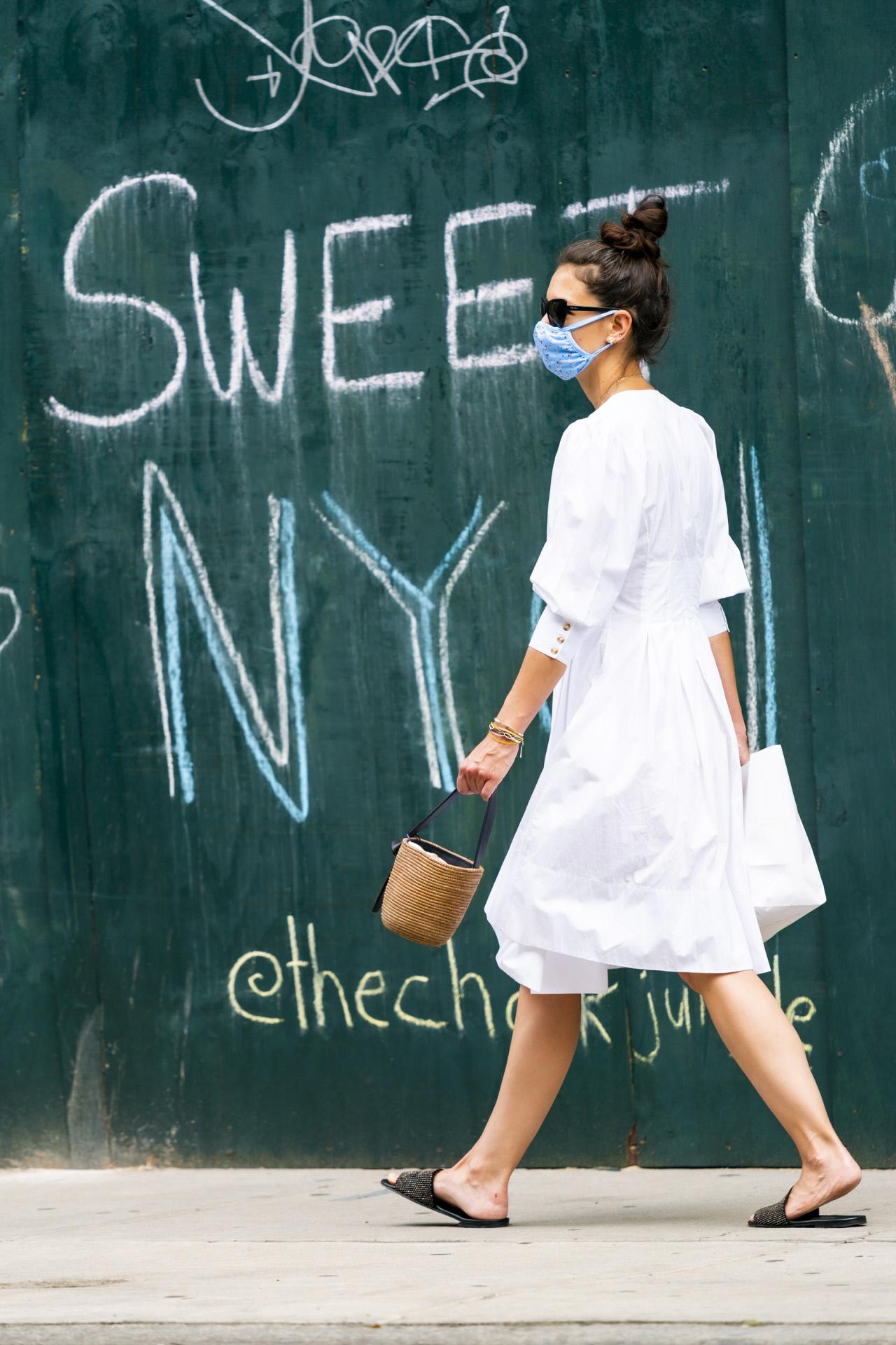 Look completo del vestido blanco de Katie Holmes y cómo lo ha combinado