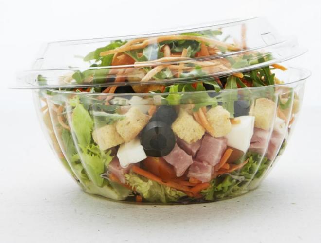 La infalible ensalada: añade alguna fuente de proteínas a a la mezcla de vegetales que desees.