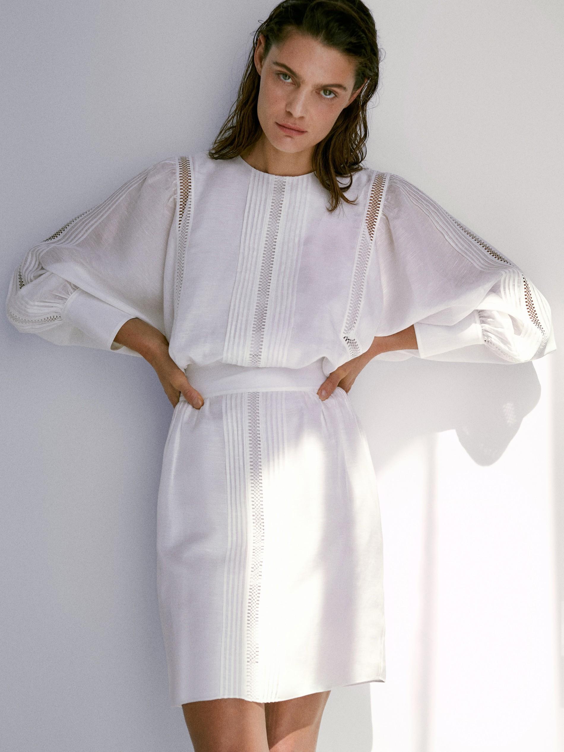 Vestido corto de lino decorado con encajes de Massimo Dutti. 89,95...