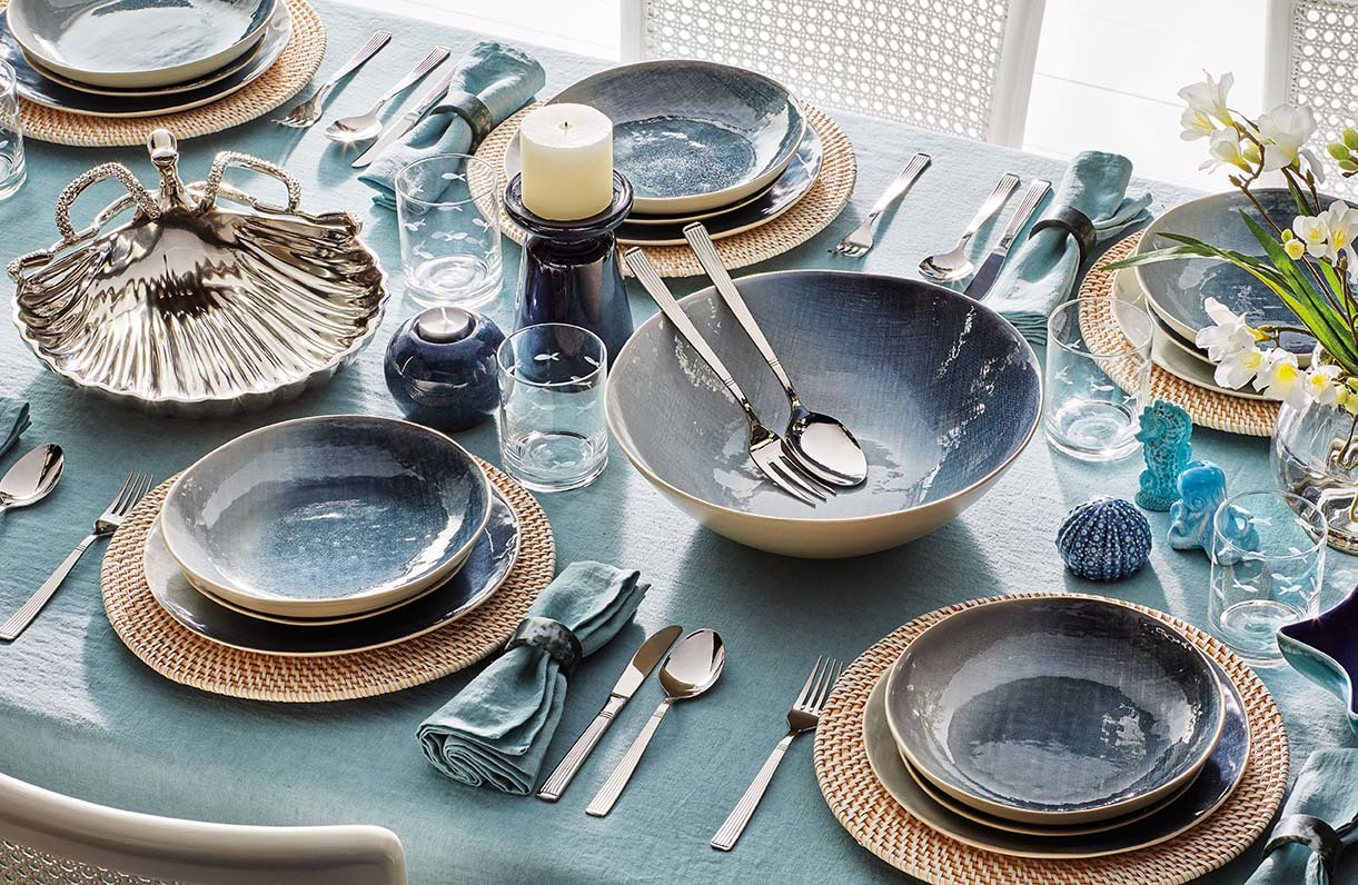 Vajillas en tonos neutros, cubertería de acero inoxidable, cristalería de vidrio... son algunas de las claves para una mesa de noche.