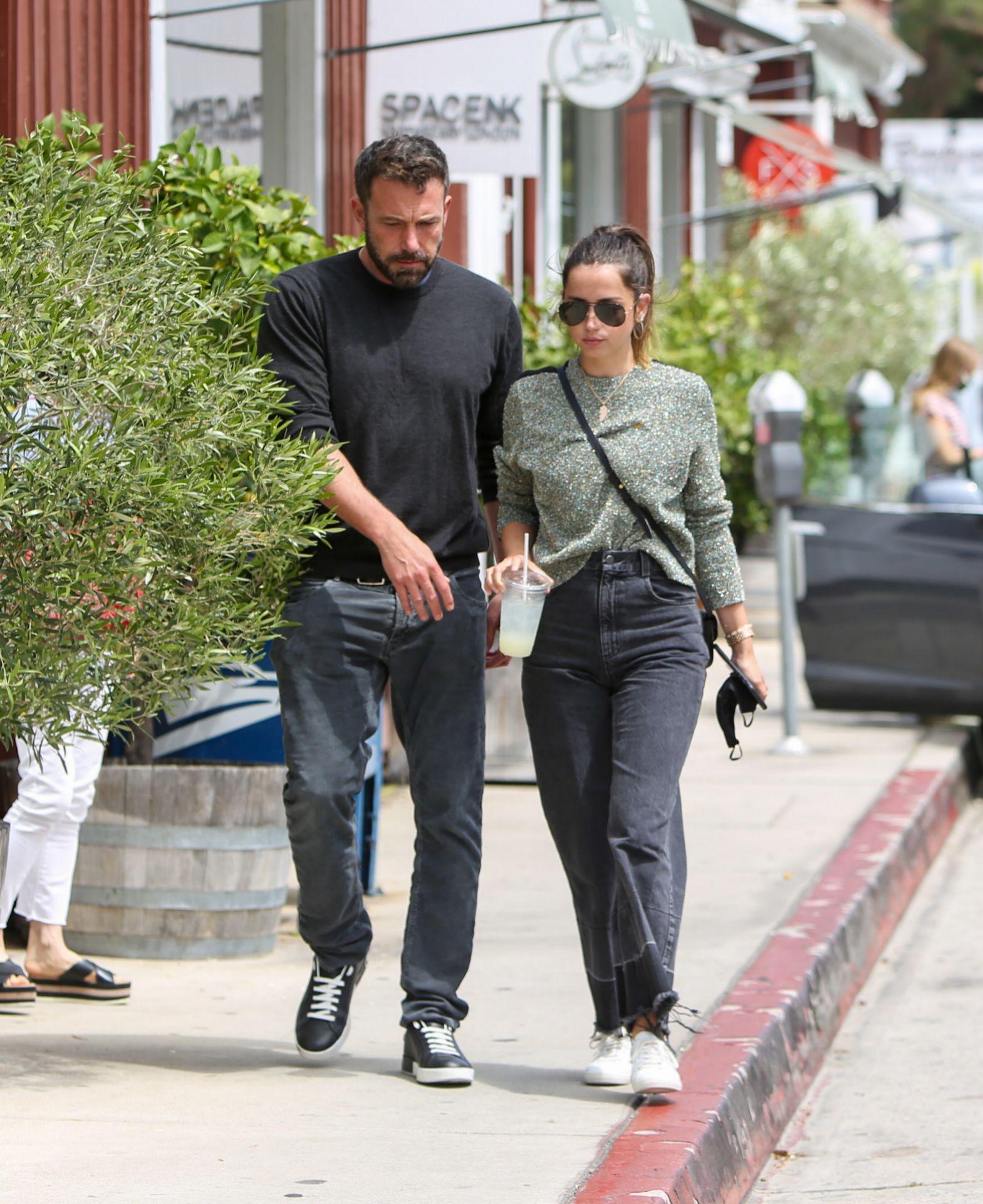 Ana de Armas paseo junto a su novio Ben Affleck por las calles de Los...