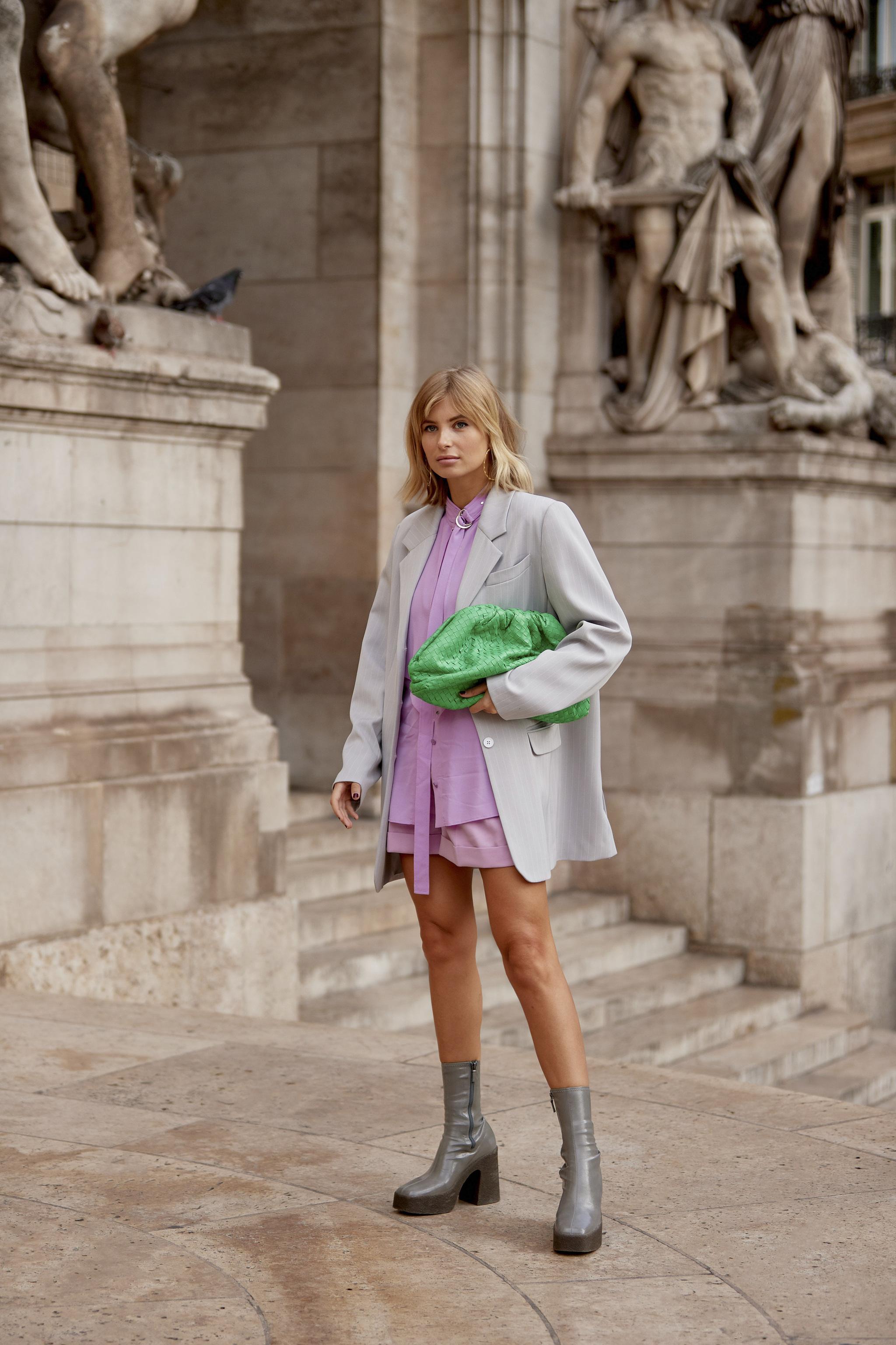 El bolso que lleva Dakota en color verde visto en la última semana de la moda de París