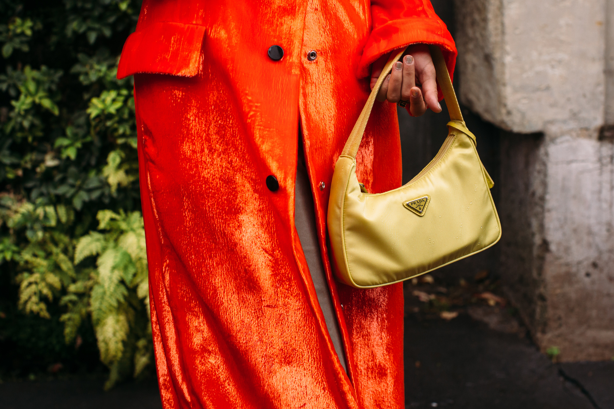 En color mostaza, el bolso que Dakota prefirió en rosa chicle