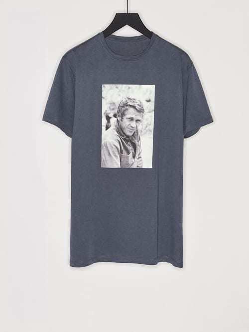 Otra opción es esta camiseta azul petróleo de Steve McQueen. Es de...