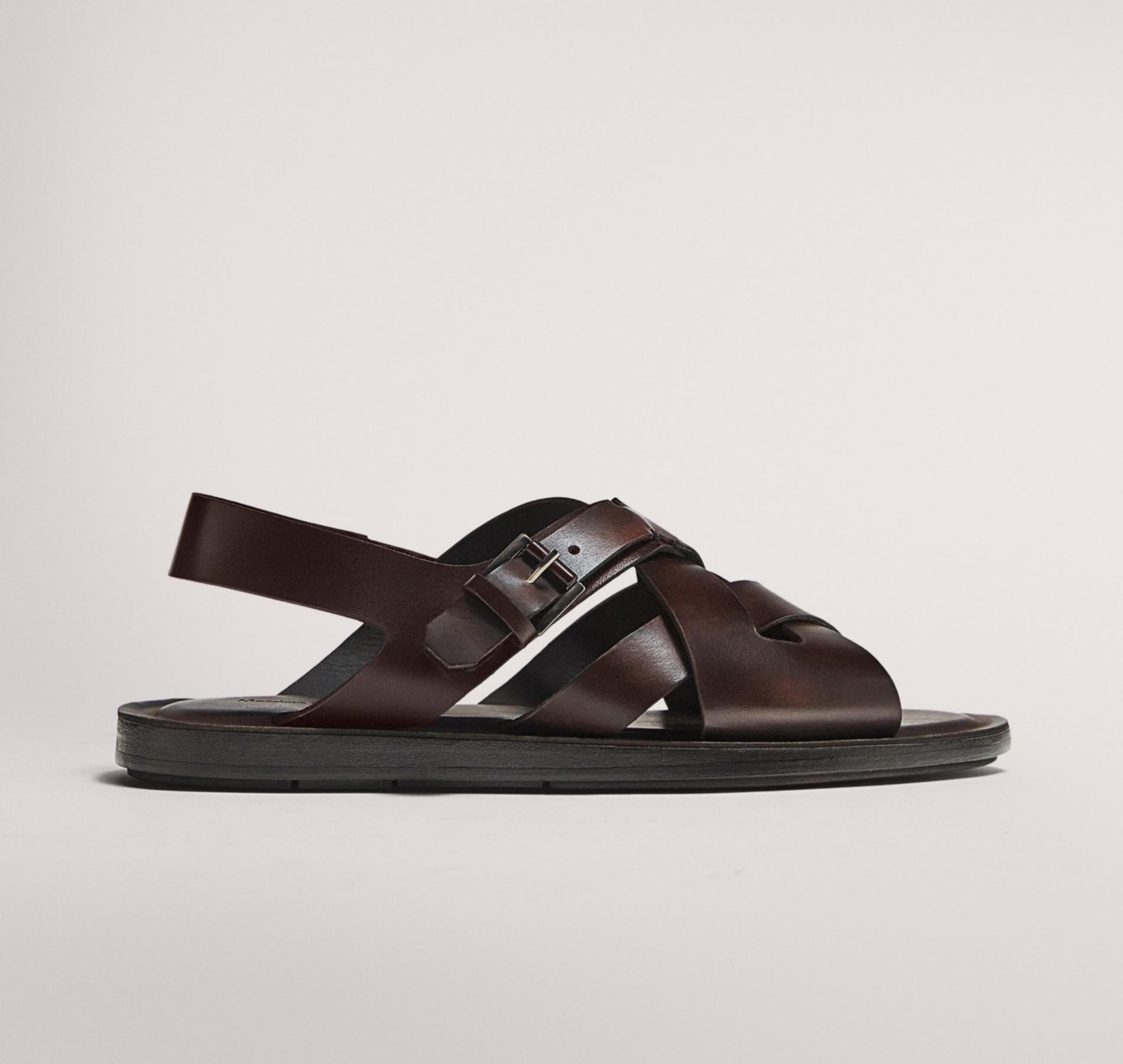 Estas sandalias de tiras en piel cepillada pueden dar un toque...