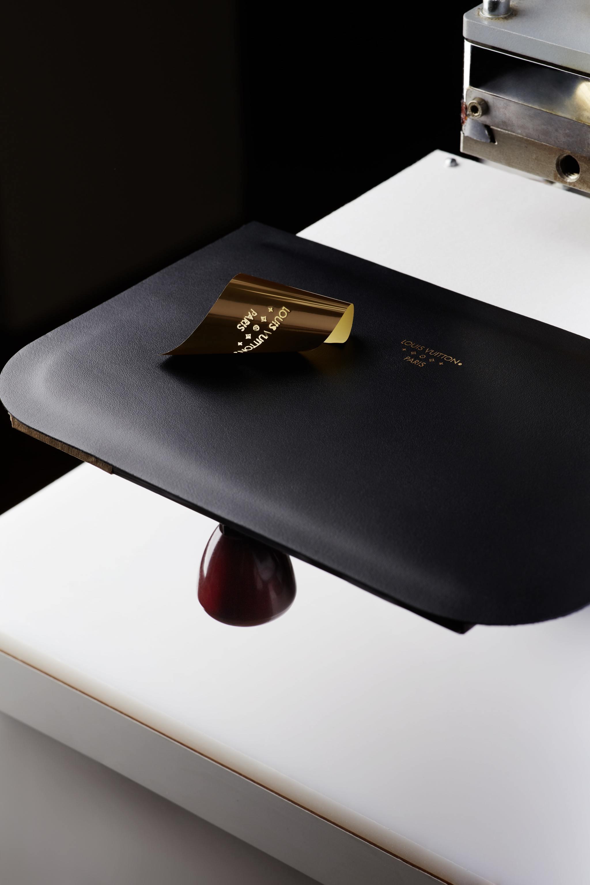 Utilización del papel de oro para realizar el hot stamping de Louis...