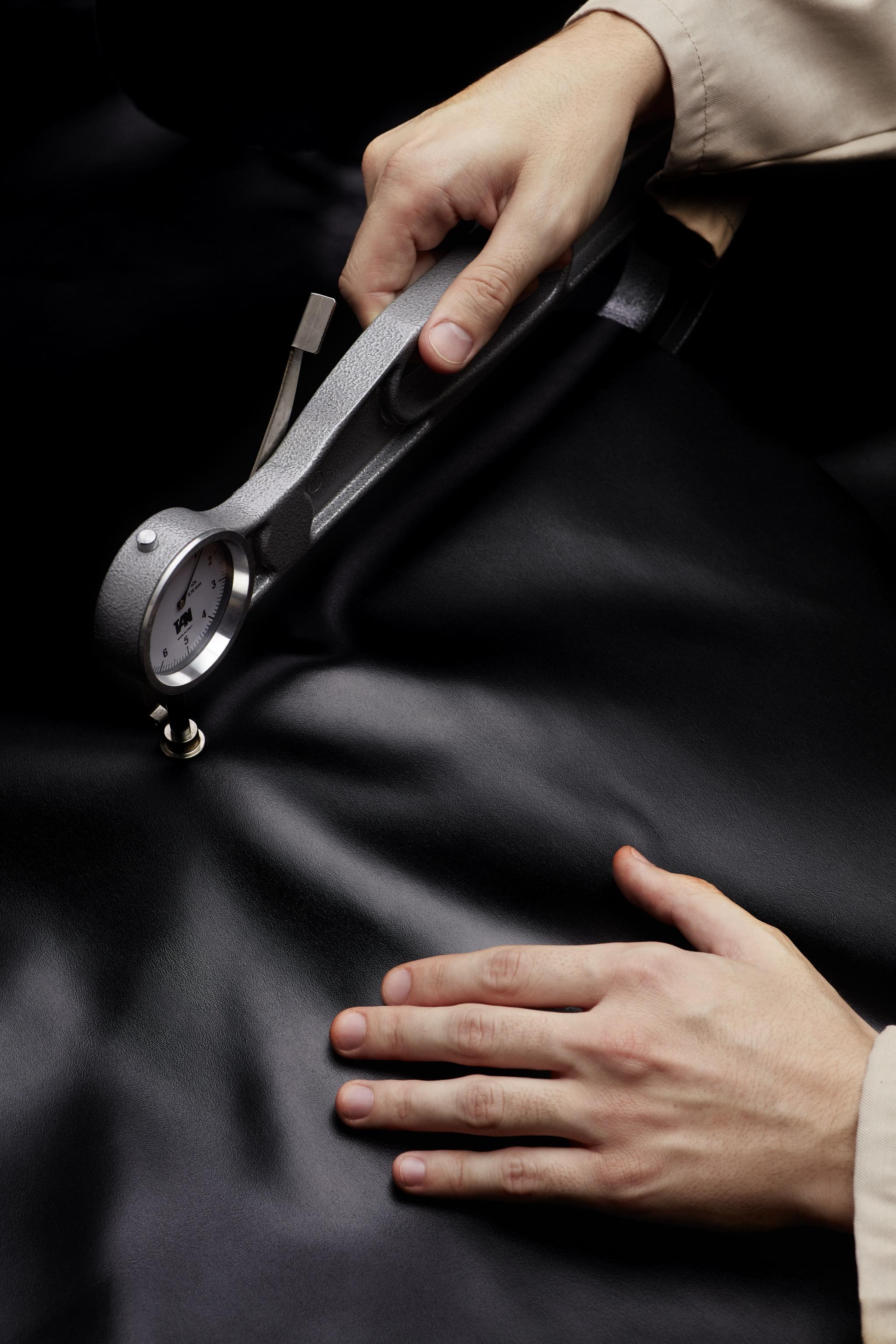 Revisando y midiendo el grosor de la piel.