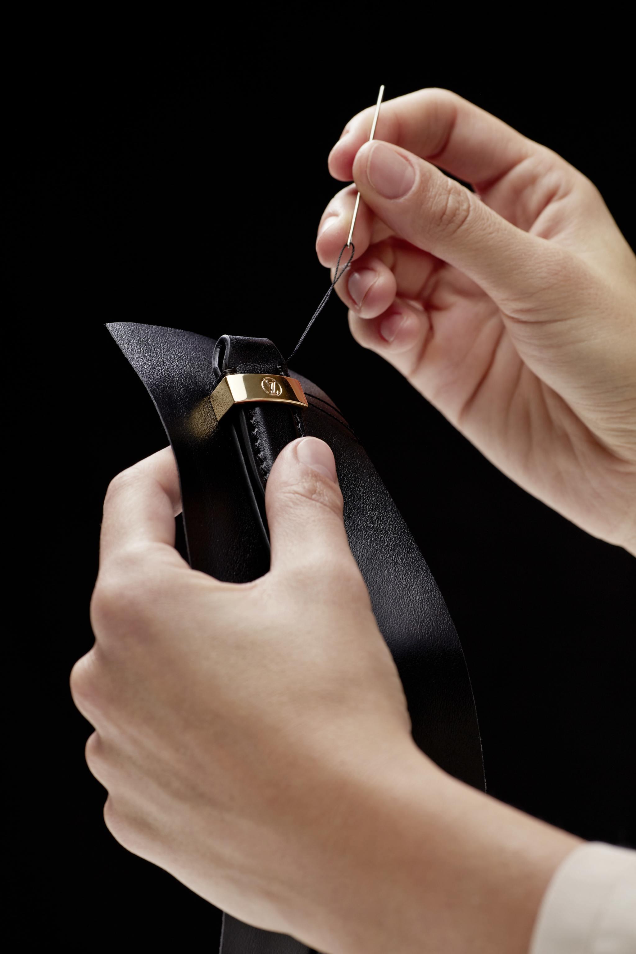 Detalle de la bandolera cosida a mano.