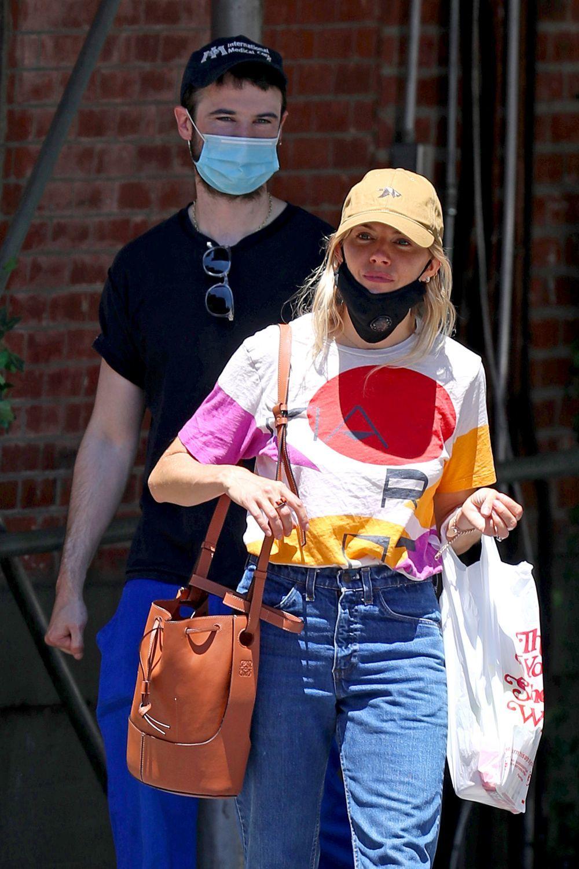 La actriz Sienna Miller no se separa del boso Balloon de Loewe.