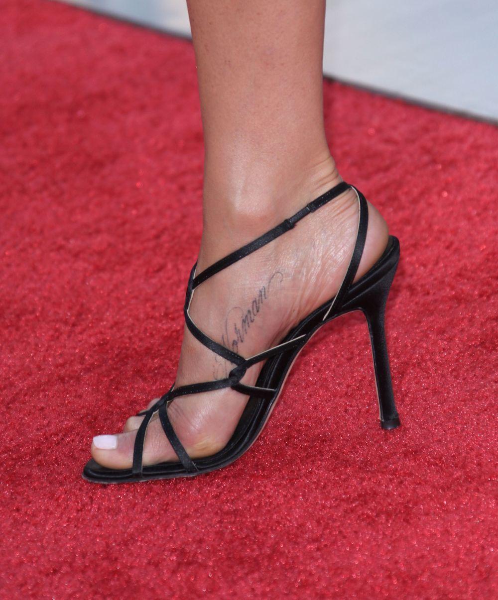 La actriz Jennifer Aniston también tiene un tatuaje en el pie con el nombre de su perro Norman.