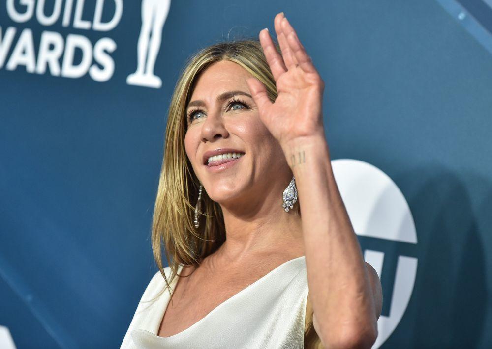 De nuevo, Jennifer Aniston saludando y mostrando el tatuaje que tiene un significado emocional para la actriz.