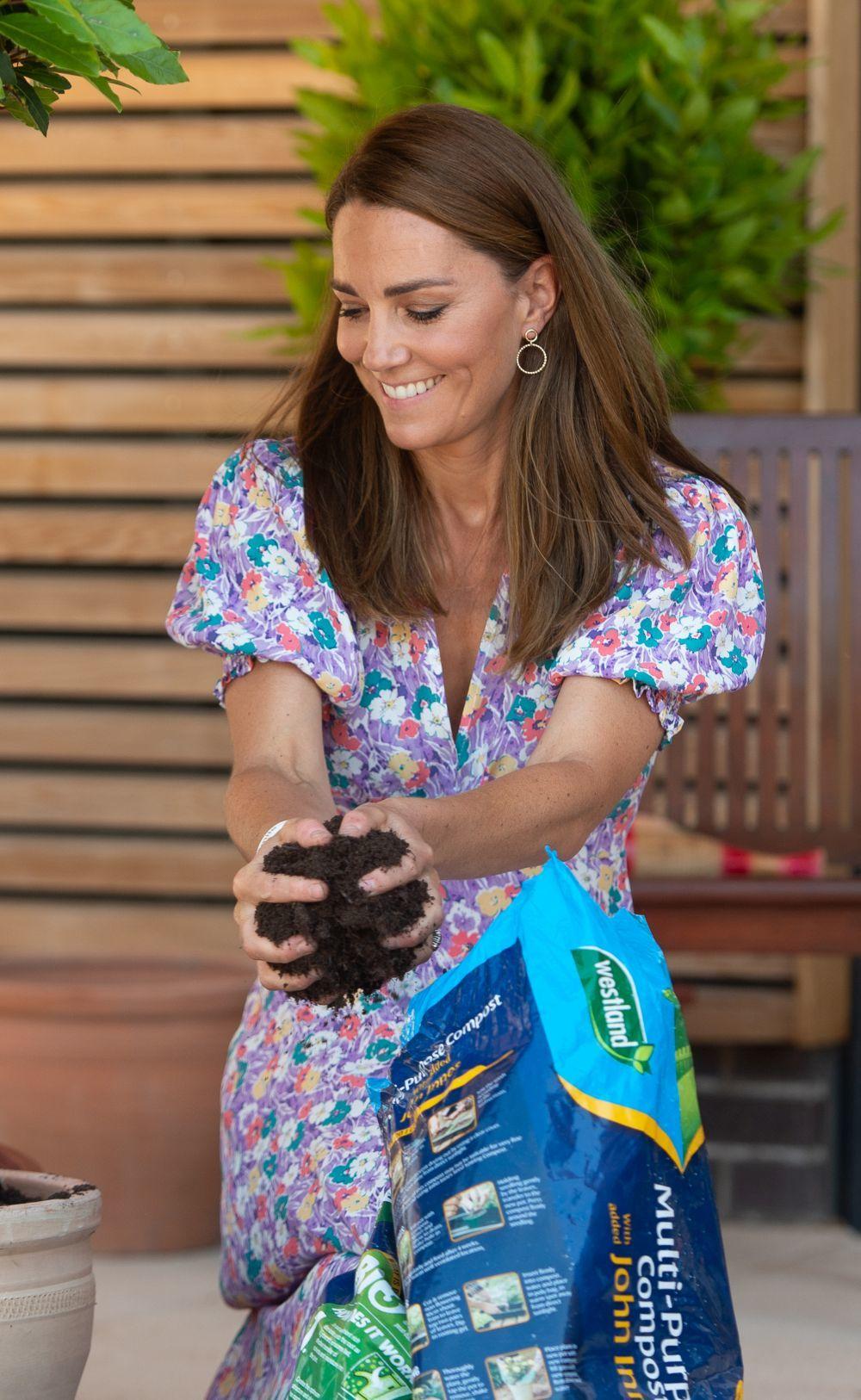 Kate Middleton plantando un girasol.