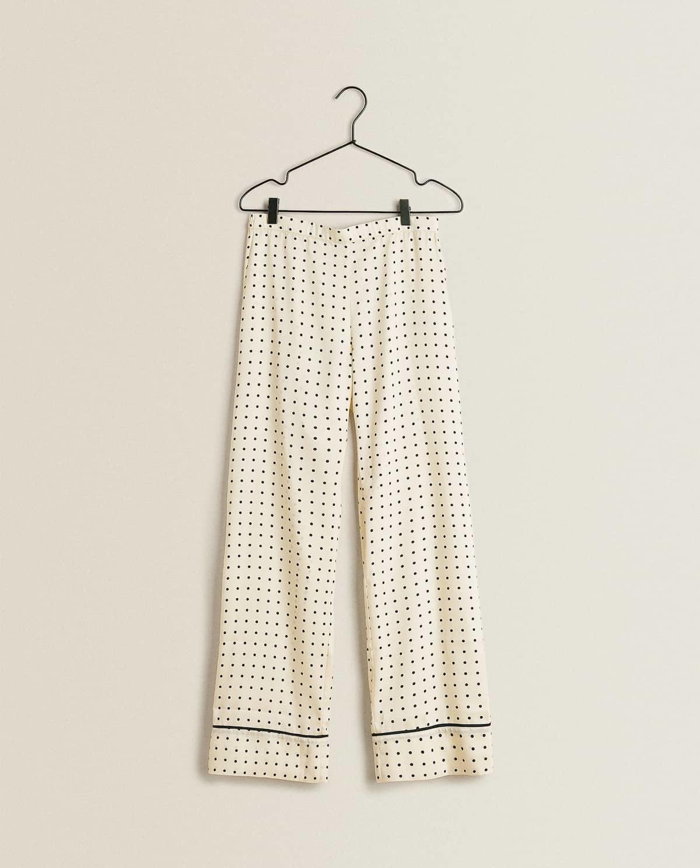 Pantalón de satén (19,99 euros) Zara Home.