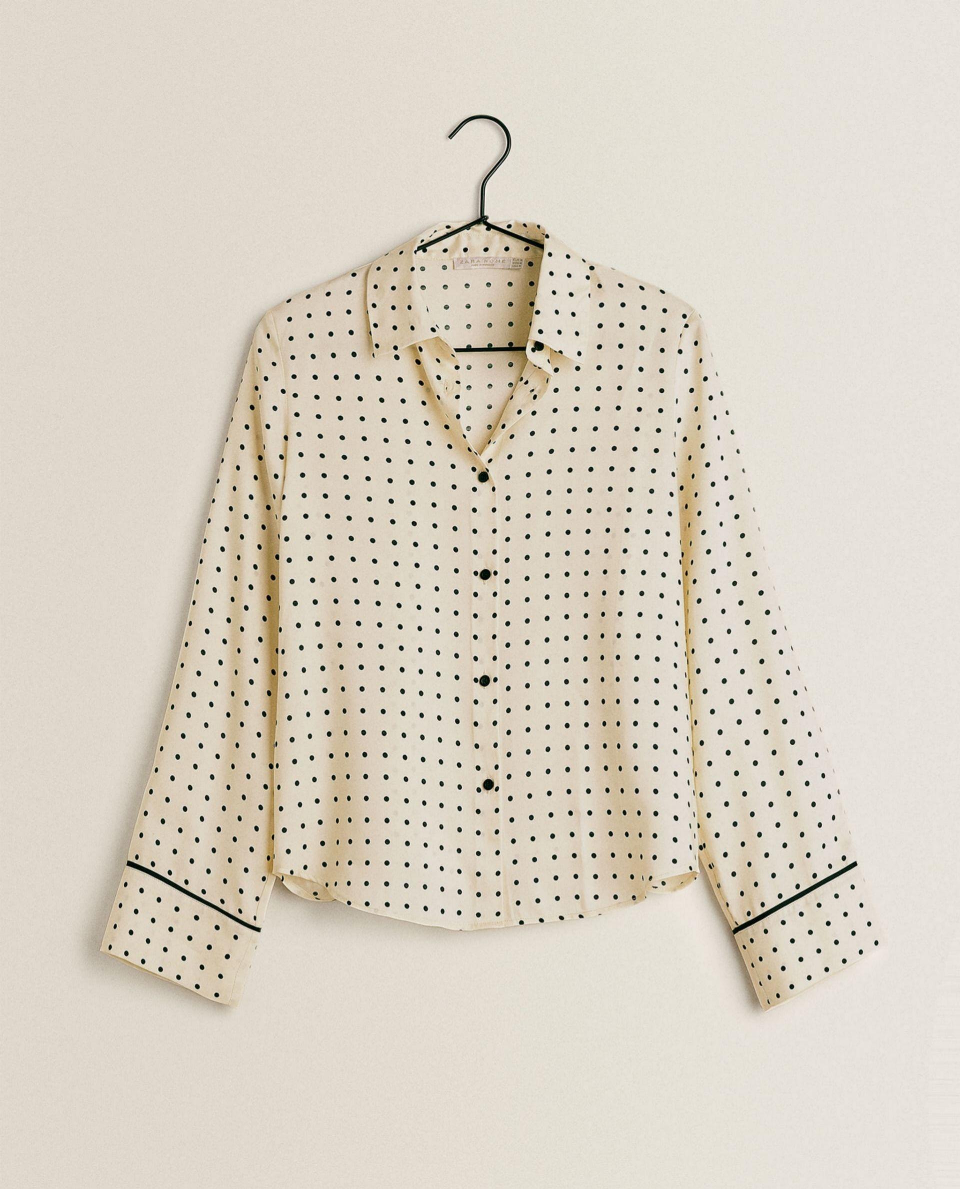 Camisa de satén (19,99 euros) Zara Home.