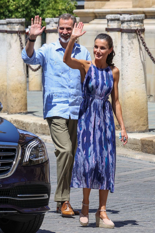 Don Felipe y doña Letizia saludando.