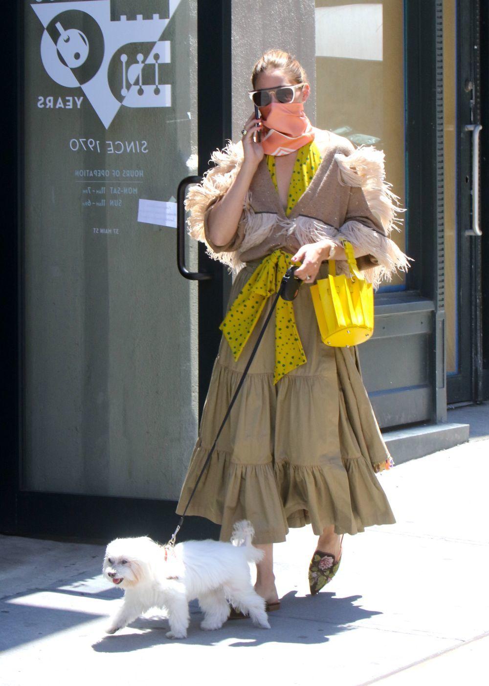 Olivia Palermo paseando con su perro.