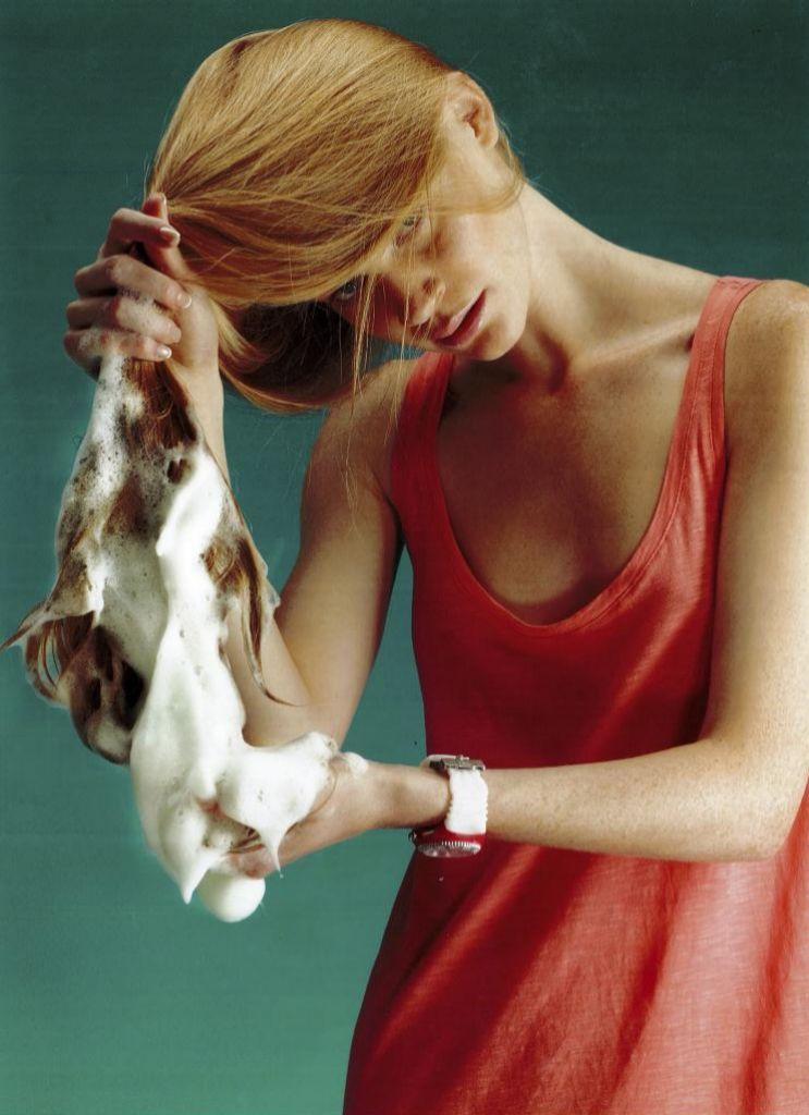 Si se te cae el pelo, es beneficioso que lo laves con frecuencia.