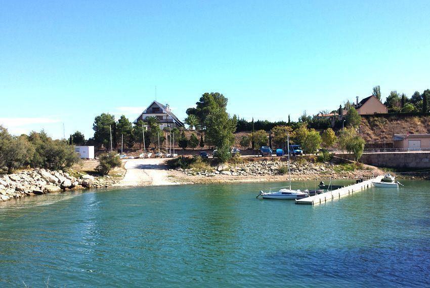 La urbanización El Dique, también conocida como Pueblo de Pescadores, fue construida en los años 60 y se sitúa a las orillas del conocido como Mar de Aragón.