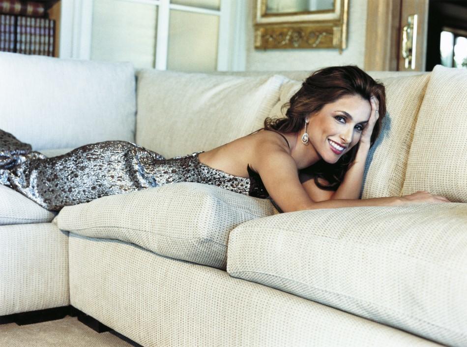 Paloma Cuevas en uno de los reportajes de TELVA con vestido de Carolina Herrera NY.