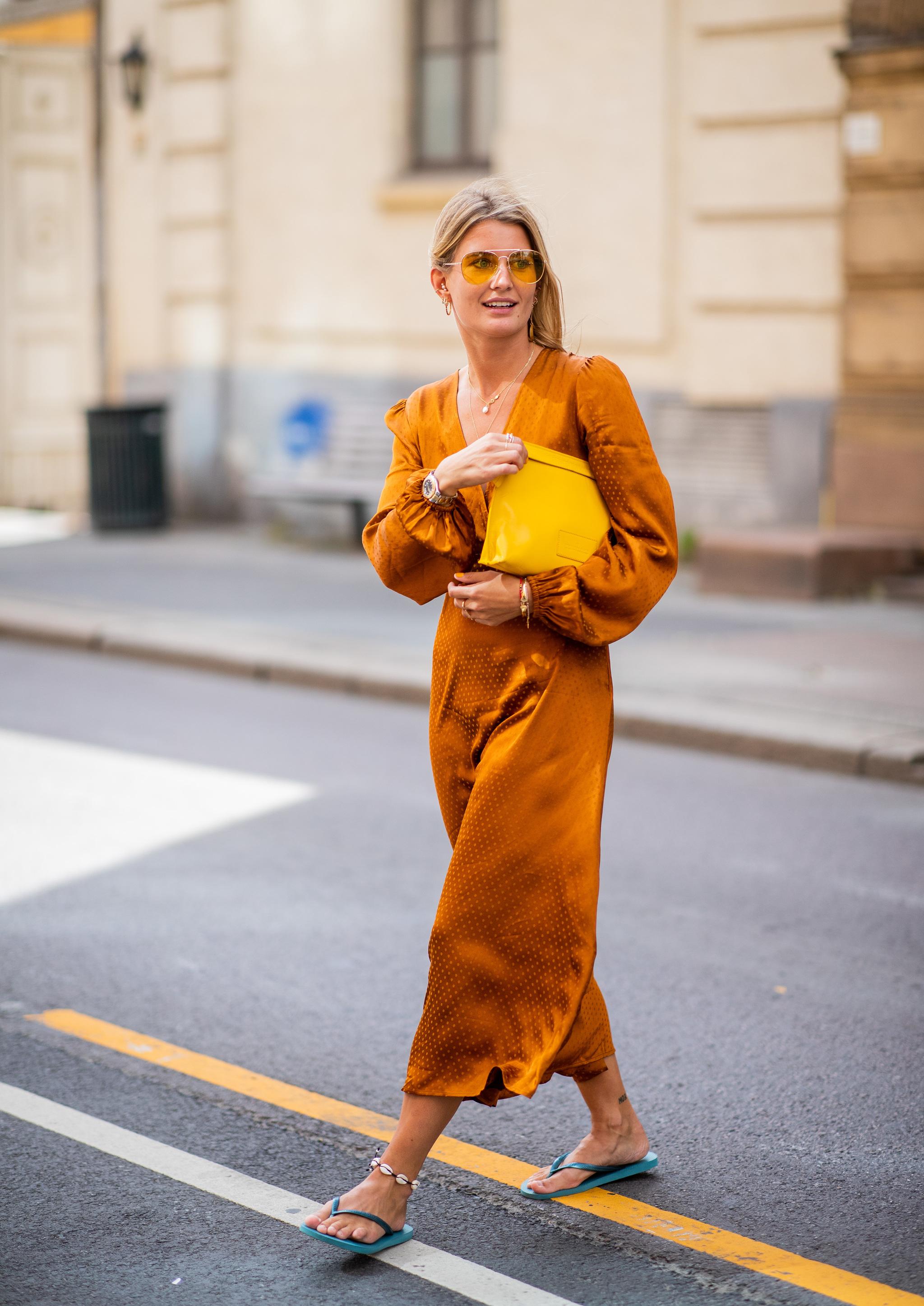Vestido largo + chanclas.