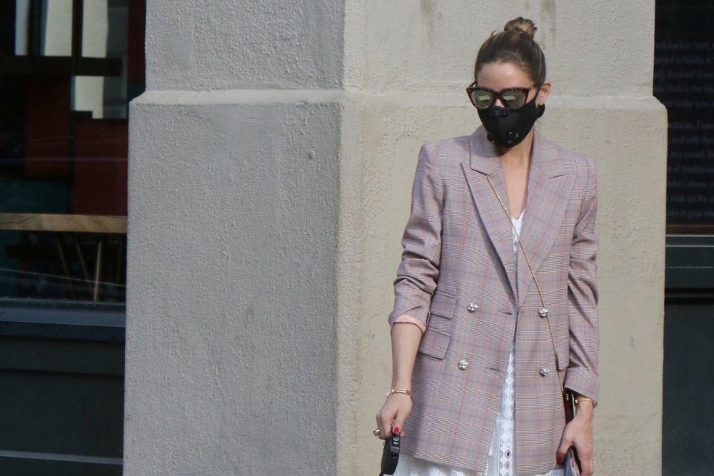 El moño alto de Olivia Palermo rompe con la seriedad de los looks más masculinos o de blazers.