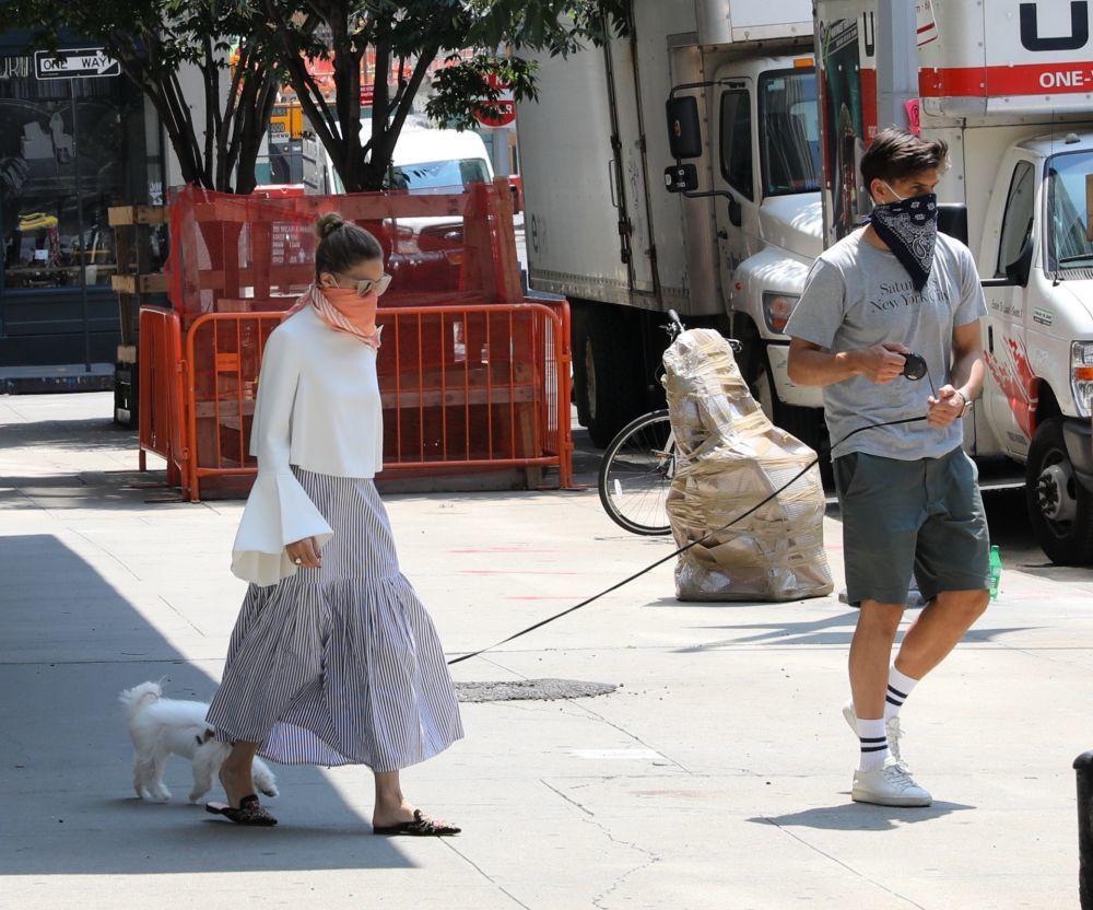 En las celebraciones previas al 4 de julio en Nueva York, con un moño con coletero cool y pañuelo naranja hemos visto a Olivia Palermo.