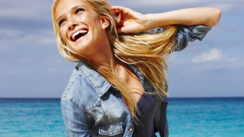 Chica contenta playa