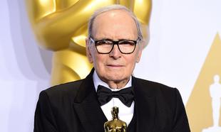 Ennio Morricone en 2016 con su Oscar a la mejor banda sonora por The...