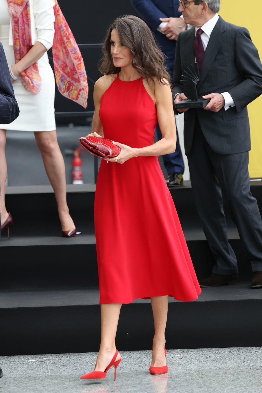 Letizia con un vestido de tarde en color rojo.