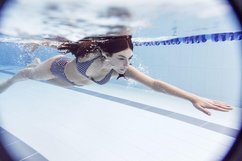 Nadar para poner fuertes y tonificados los brazos y las piernas.