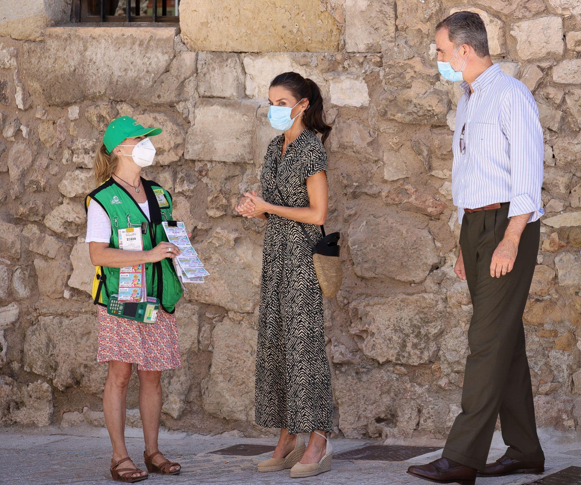 Los reyes con la vendedora de lotería en su visita a <strong>Cuenca</strong>.