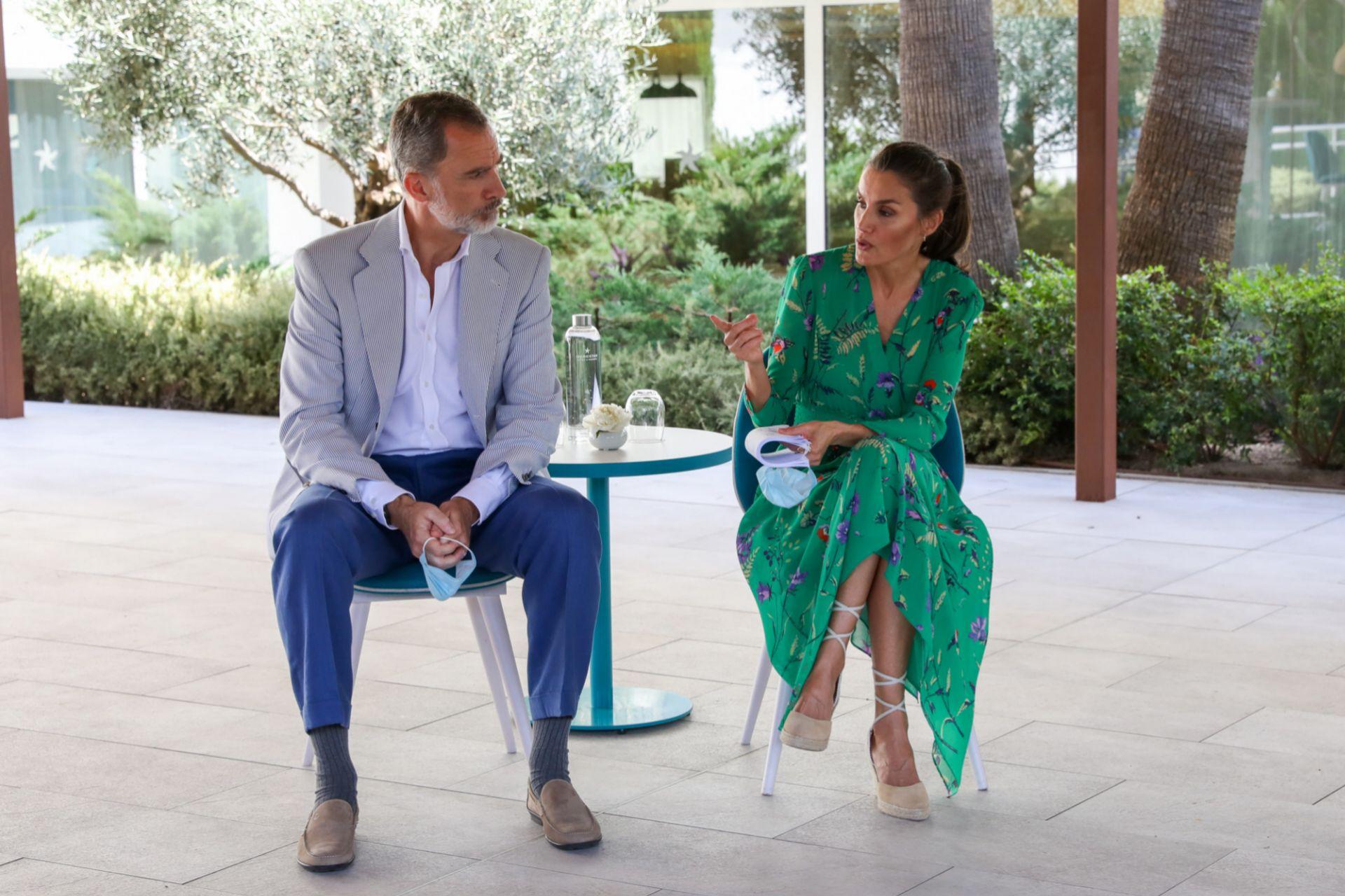 La reina en el momento en que le dice al rey que quiere hablar la presidenta de Baleares.