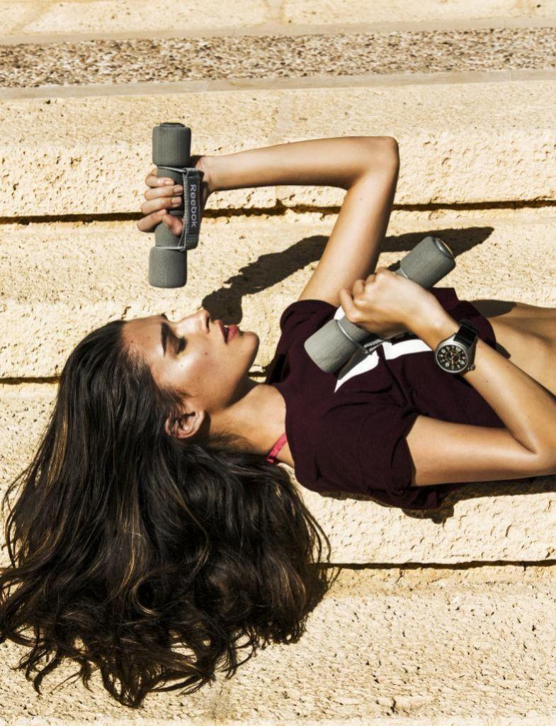 Los ejercicios con pesas son muy eficaces para tonificar bíceps y tríceps.