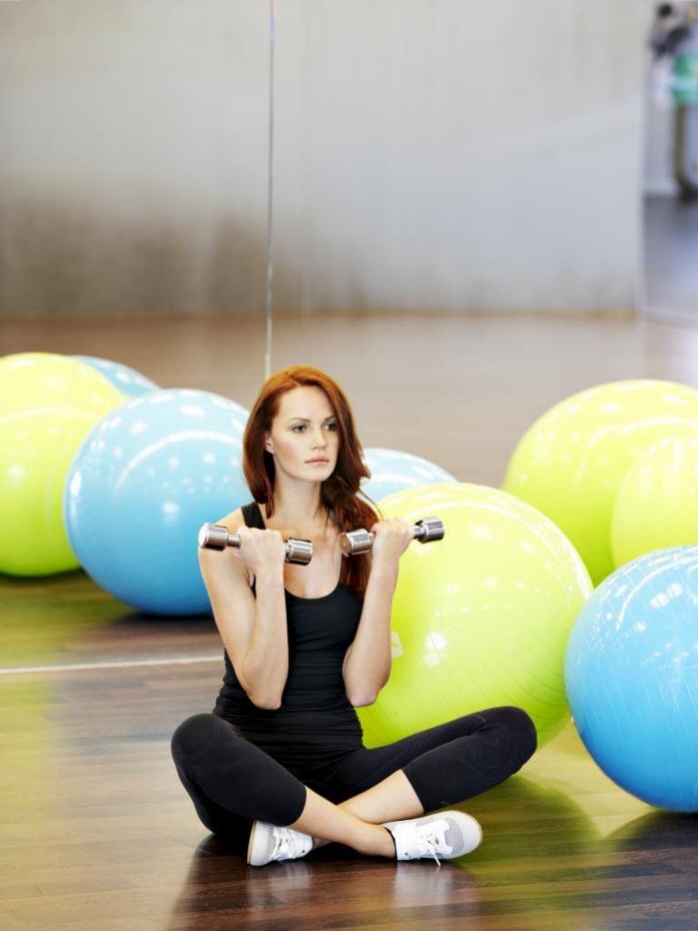 Las pesas son un buen aliado para trabajar los músculos de los brazos.
