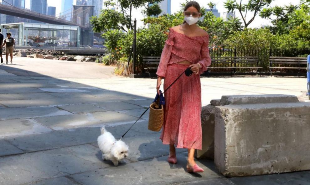 Olivia Palermo pasea a su mascota por Nueva York.