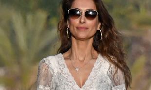 Paloma con un vestido blanco de encaje en Marbella en verano de 2019.
