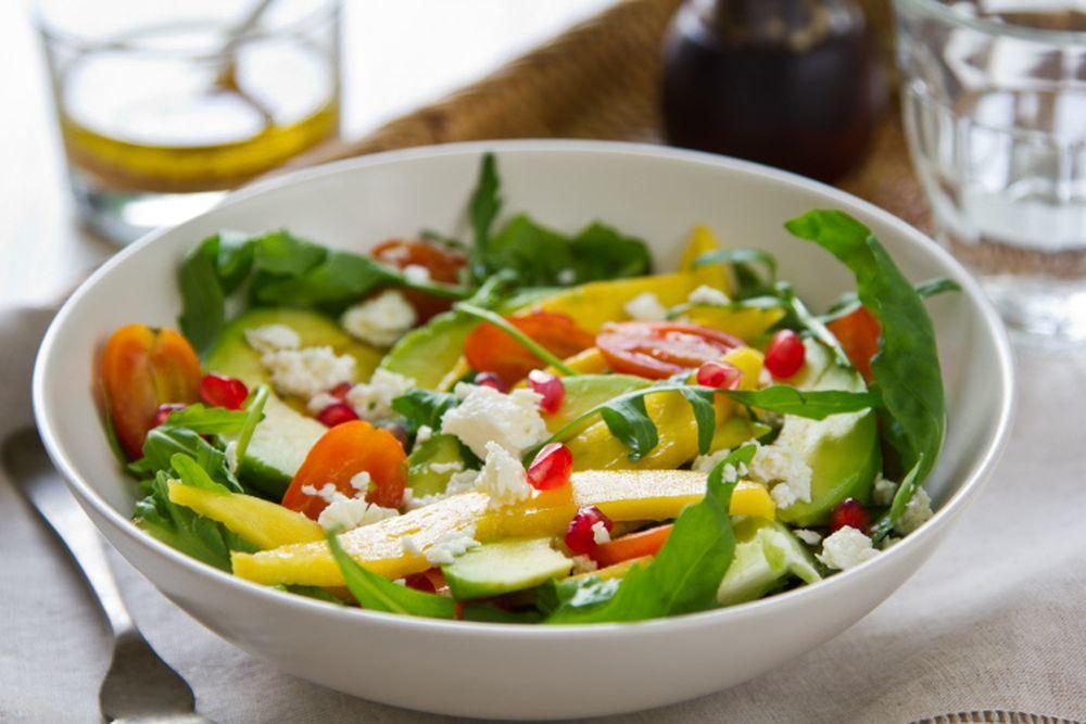 La ensalada de piña y aguacate se puede versionar con mango y granada.