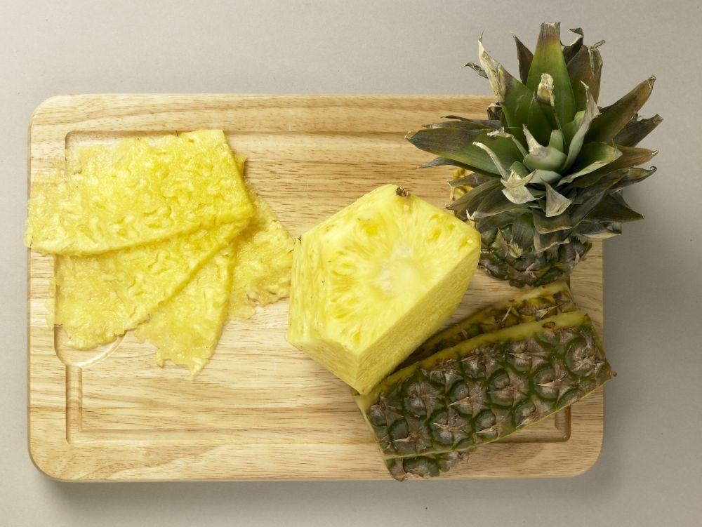 La piña es la base de esta ensalada que desintoxica de los excesos y deshincha la tripa de las comidas copiosas de verano.