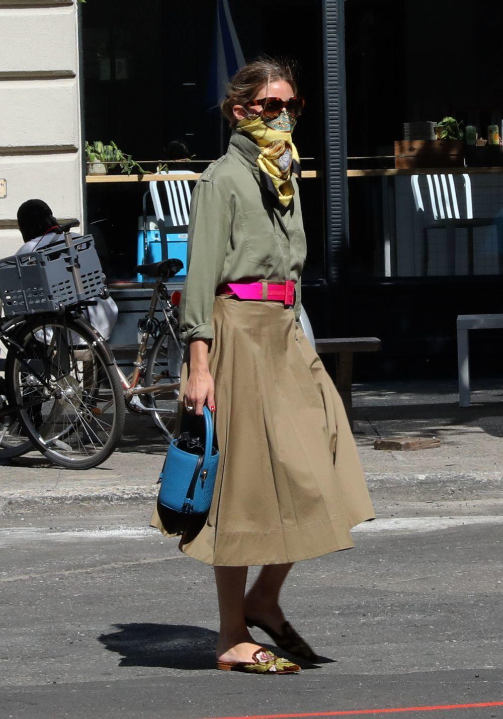 Olivia Palermo con un look en color caqui.