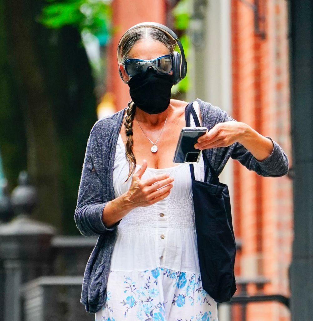 Con una trenza lateral efecto mojado, la actriz Sarah Jessica Parker con mascarilla en las calles de Nueva York.