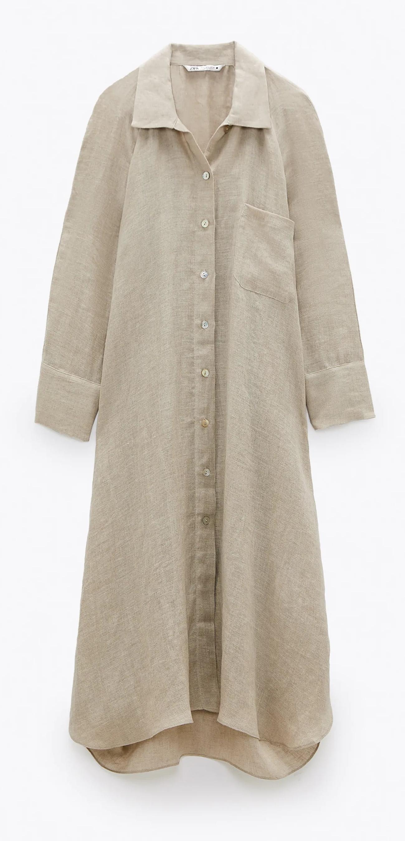 Vestido de Zara, en lino, de corte camisero y bajo asimétrico. 39,95 euros.