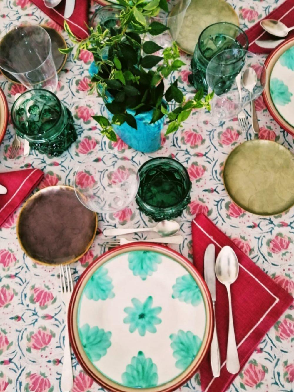 Mesa con mantel hindú, Simrane París; platos verdes, El Almacén de...