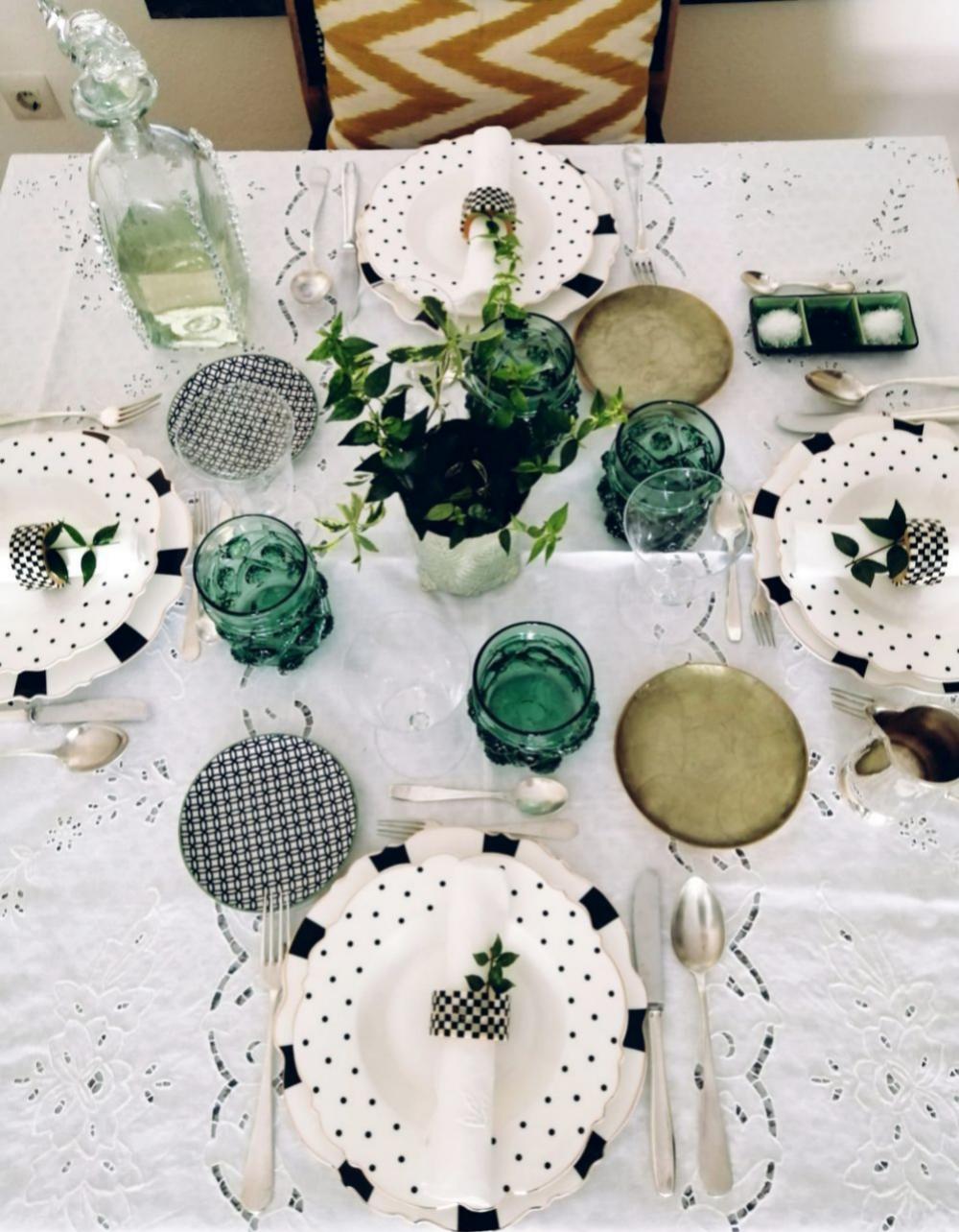 Mesa con mantel blanco calado, vasos Gordiola y vajilla Cristina Oria.
