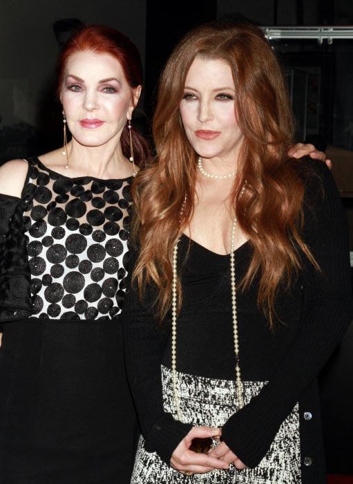 """Priscilla Presley y Lisa Marie Presley en la inauguración de """"ELVIS: The Exhibition"""", en 2015."""