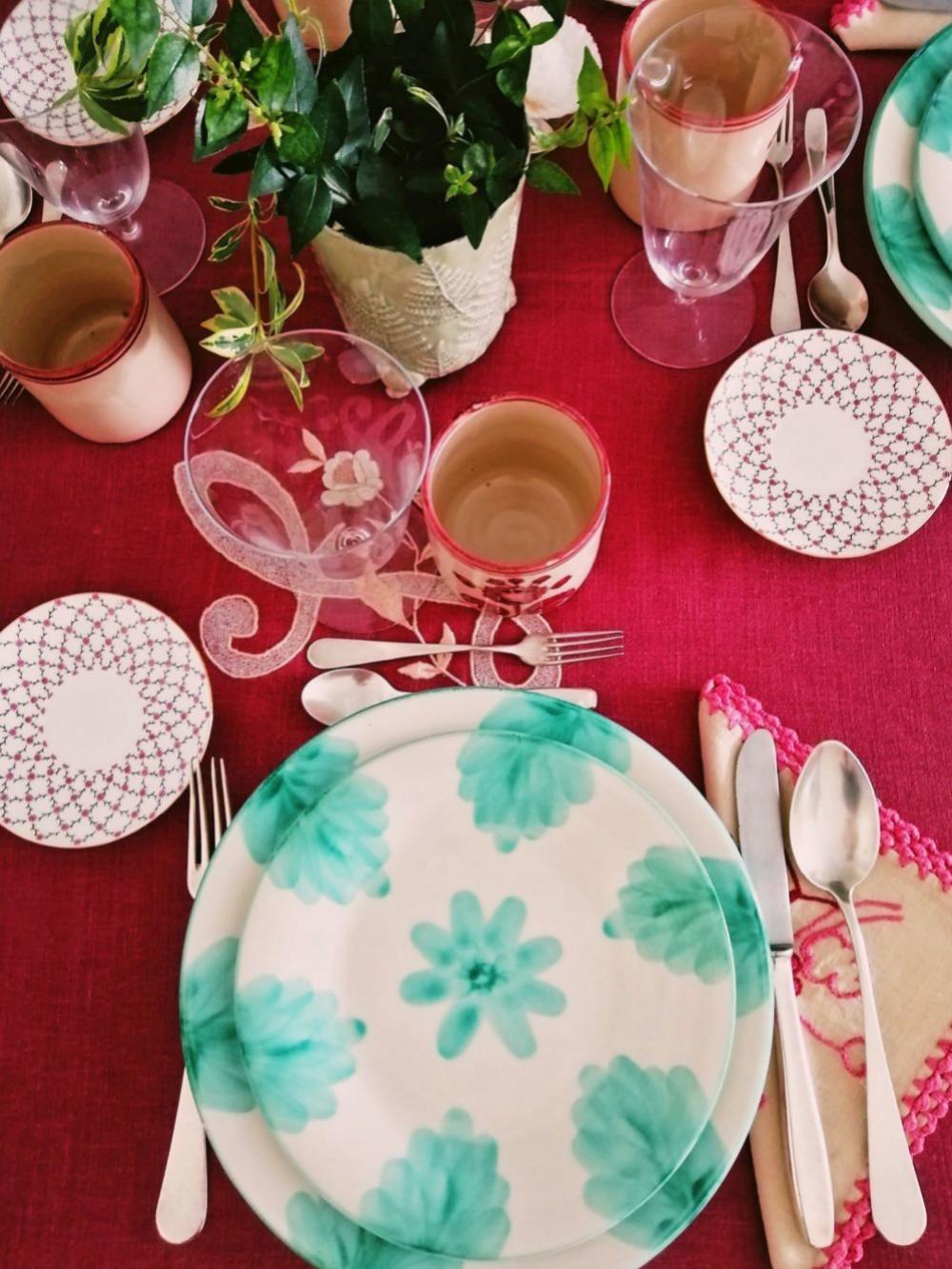 Mantel de lino color vino, platos de El Almacén de la loza, vasos de barro de Puente del Arzobispo y platitos de pan comprados en San Petersburgo.