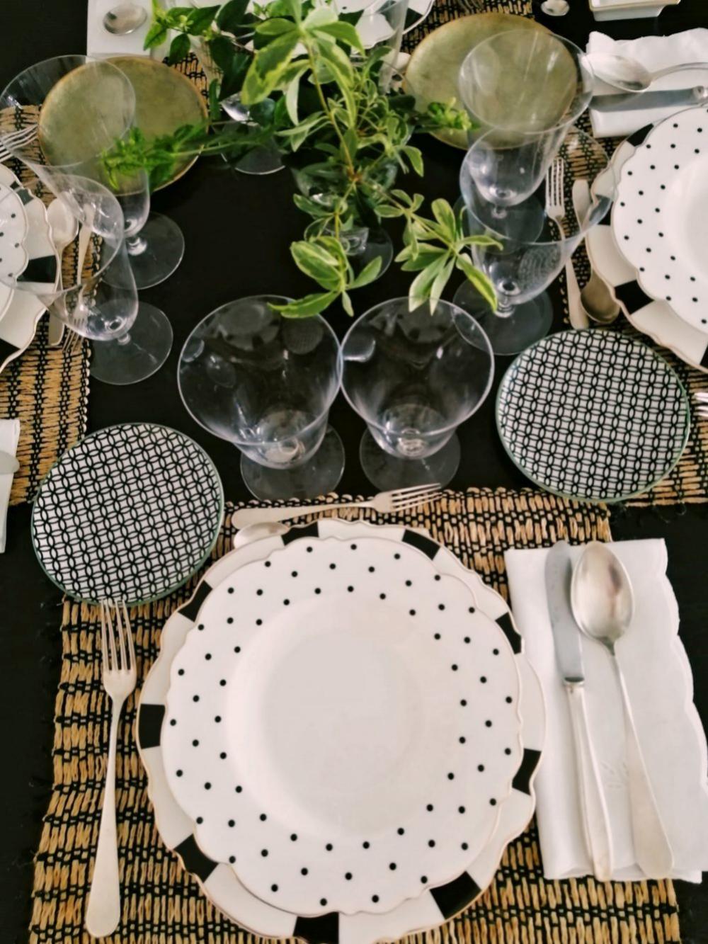 Mesa 4 en la que se han dispuesto individuales de paja sobre la mesa de madera, con vajilla de Cristina Oria, platitos de pan, Zara Home, servilletas de Ibiza y copas de cristal, El Corte Inglés.