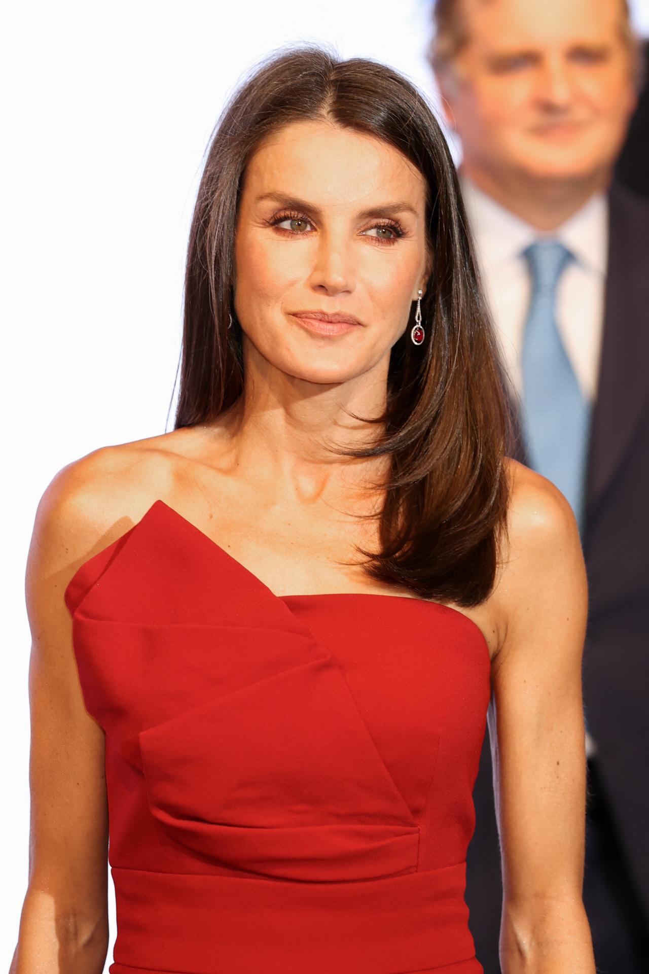 La reina Letizia con vestido rojo de Roberto Torreta.